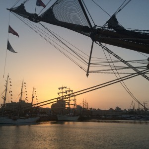 atardecer entre veleros